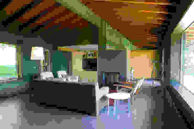 Sala de estar Salones de estilo rural de SANTI VIVES ARQUITECTURA EN BARCELONA Rural