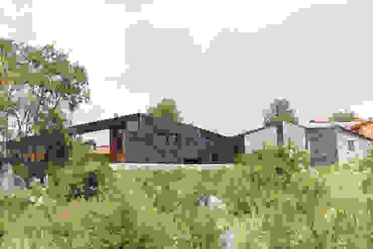 Vista de la  Era de la vivienda, abierta al paisaje: Casas unifamilares de estilo  de SANTI VIVES ARQUITECTURA EN BARCELONA, Moderno