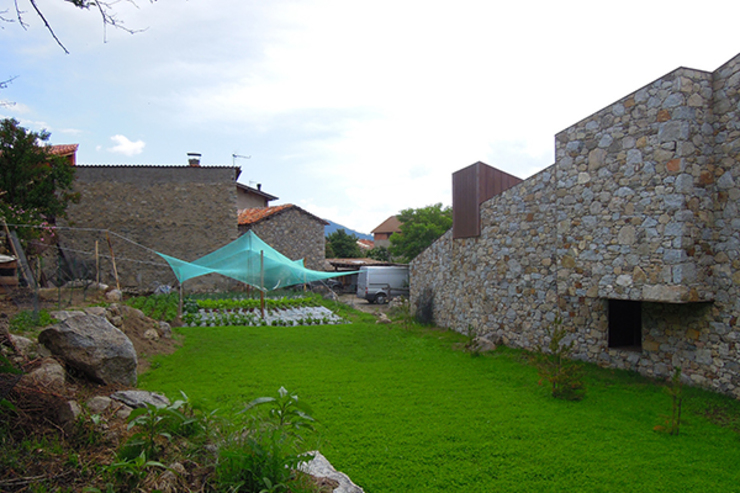 Jardín y huerto: Jardines con piedras de estilo  de SANTI VIVES ARQUITECTURA EN BARCELONA, Moderno