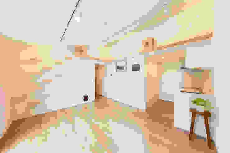 白いタイルのキッチンを隠れた場所に l東京都品川区不動前l: 株式会社小木野貴光アトリエ 級建築士事務所が手掛けたスカンジナビアです。,北欧 タイル