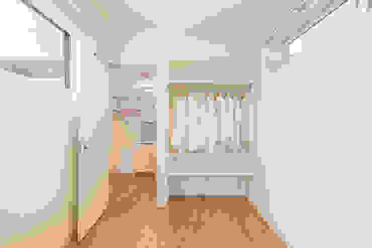 猫と住む、オープンクローゼットのある、プライバシーが確保された寝室 l東京都品川区不動前l 北欧デザインの ドレッシングルーム の 株式会社小木野貴光アトリエ 級建築士事務所 北欧 木材・プラスチック複合ボード