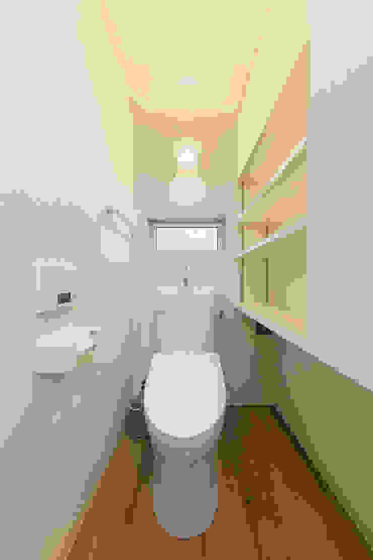 トイレは猫も人も一緒・猫トイレ置場のある収納たっぷりトイレ l東京都品川区不動前l: 株式会社小木野貴光アトリエ 級建築士事務所が手掛けたスカンジナビアです。,北欧 木材・プラスチック複合ボード