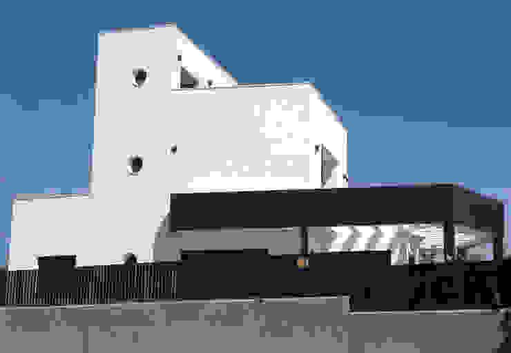 Diseño de fachada lateral de ARQUIJOVEN SLP Moderno