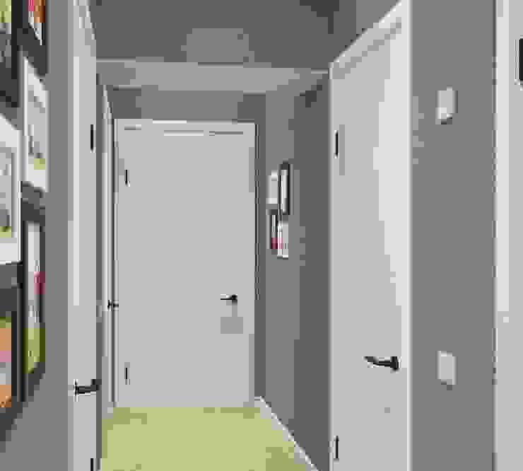 Modern corridor, hallway & stairs by Дизайн - Центр Modern