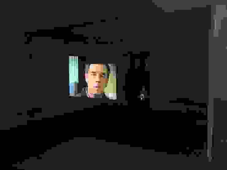 TV INTEGRADA EN PARED: Electrónica de estilo  de Arquide Estudio, reforma y rehabilitación en Madrid, Moderno Vidrio