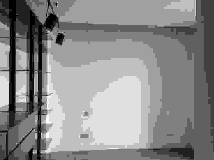 DORMITORIO VESTIDOR: Dormitorios de estilo  de Arquide Estudio, reforma y rehabilitación en Madrid, Moderno Vidrio