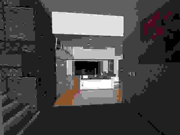 Corredores, halls e escadas modernos por CESAR MONCADA S Moderno