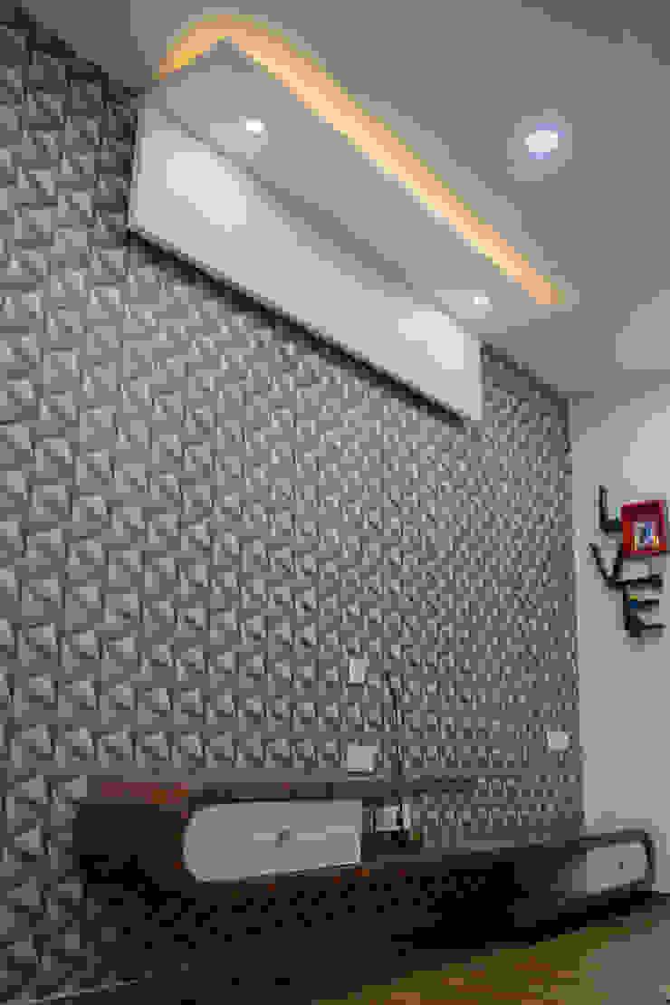Attractive Bedroom Design by Nabh Design & Associates Nabh Design & Associates Small bedroom Engineered Wood Brown