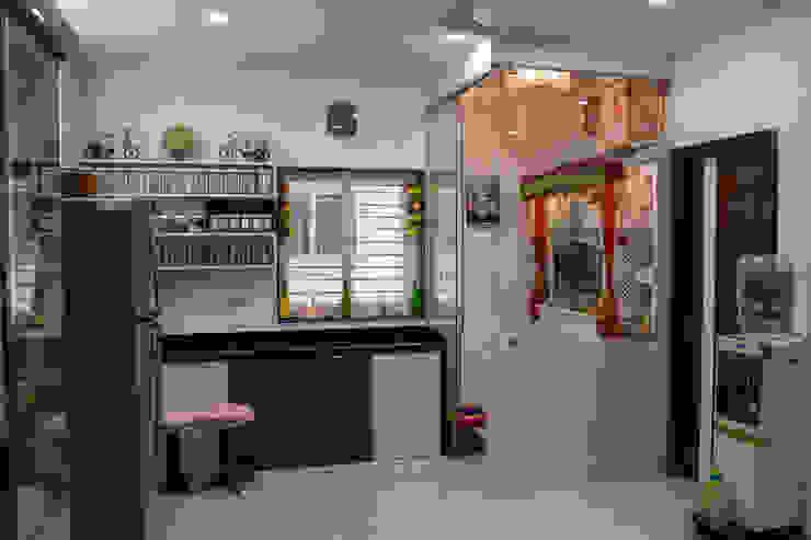 Spacious Kitchen Design by Nabh Design & Associates Nabh Design & Associates Kitchen units Glass Grey