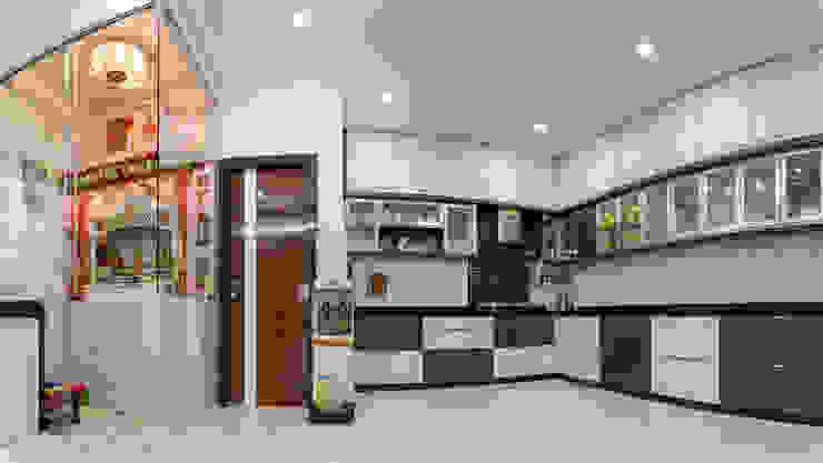 Spacious Kitchen Design by Nabh Design & Associates Nabh Design & Associates Kitchen units Granite Grey