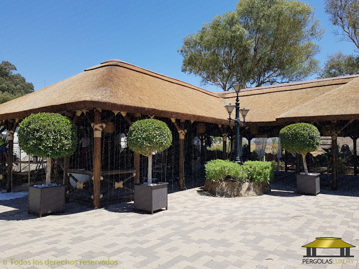 SELECCION DE TRABAJOS REALIZADOS POR PERGOLAS LUXURY 1 Bares y clubs de estilo tropical de PERGOLAS LUXURY Tropical