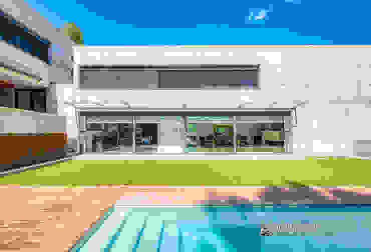 Fachada al jardín de una casa contemporánea en Bellaterra Carlos Sánchez Pereyra | Artitecture Photo | Fotógrafo Jardines delanteros