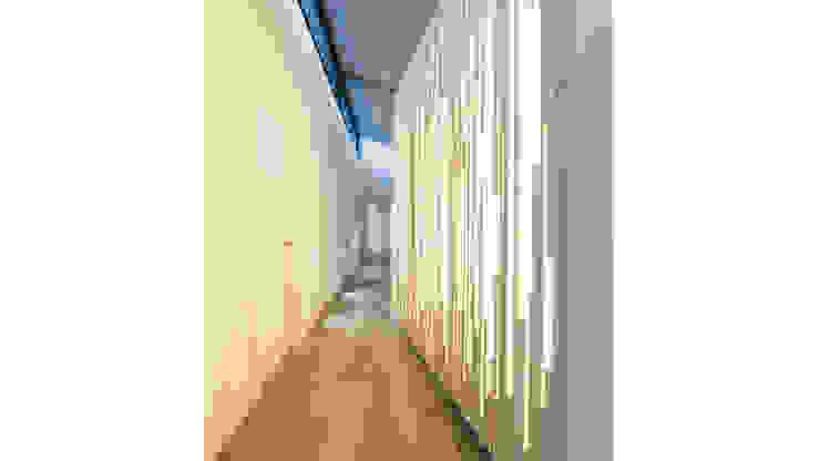 Vivienda J. Limon Pasillos, halls y escaleras minimalistas de alcuadrado Minimalista