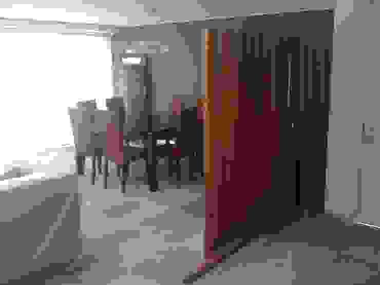 ESTANCIA CON MARMOL Y CELOSIA DE MADERA Pasillos, vestíbulos y escaleras modernos de MADAN Arquitectos Moderno Mármol