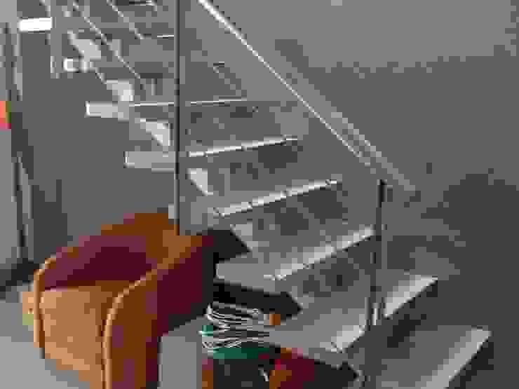 ESCALERA MADAN Arquitectos Escaleras Mármol Metálico/Plateado