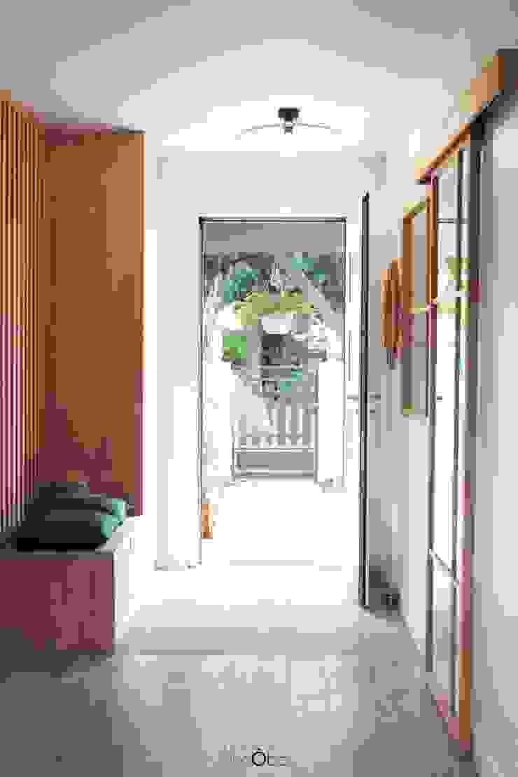 Agence boÔbo 斯堪的納維亞風格的走廊,走廊和樓梯 木頭 White
