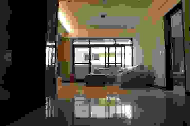 Modern Corridor, Hallway and Staircase by 鵝牌氣密窗-台中直營店 Modern