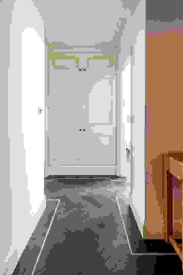 Tiny details Prestige Architects By Marco Braghiroli Corredores, halls e escadas clássicos