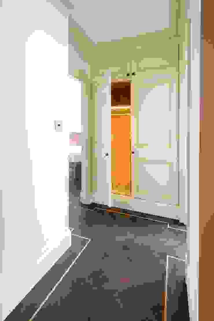 Impeccable illumination Prestige Architects By Marco Braghiroli Corredores, halls e escadas modernos