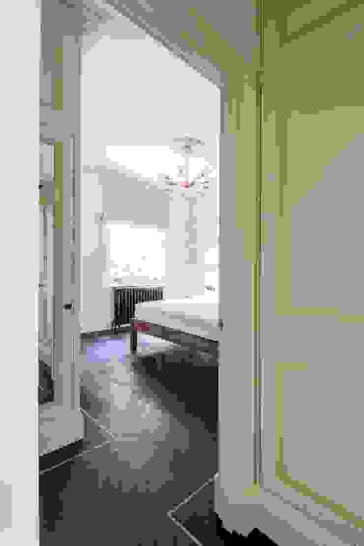 The bedroom Prestige Architects By Marco Braghiroli Quartos clássicos