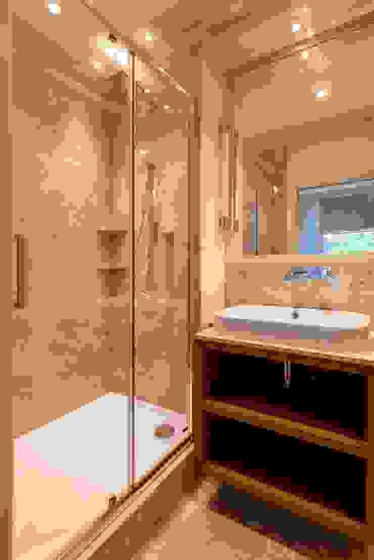 The bathroom Prestige Architects By Marco Braghiroli Banheiros modernos