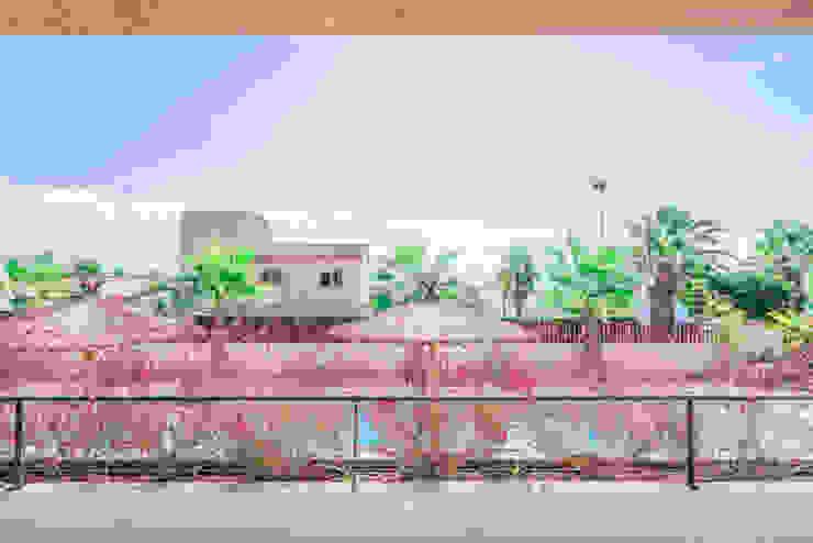 Vistas a la piscina y al mar desde la terraza Balcones y terrazas de estilo mediterráneo de Francisco Pomares Arquitecto / Architect Mediterráneo