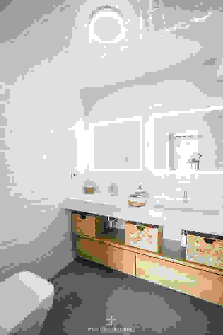 Baño principal con lavabo de dos senos Baños de estilo moderno de Francisco Pomares Arquitecto / Architect Moderno