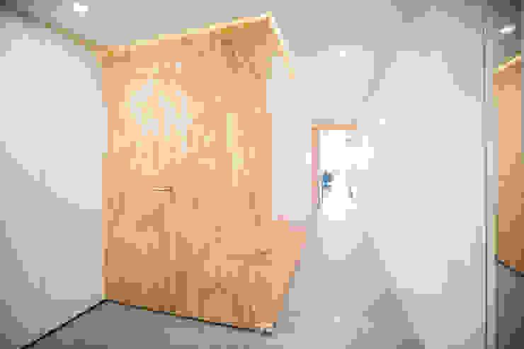 Pasillo y vestíbulo de entrada Pasillos, vestíbulos y escaleras de estilo moderno de Francisco Pomares Arquitecto / Architect Moderno Madera Acabado en madera