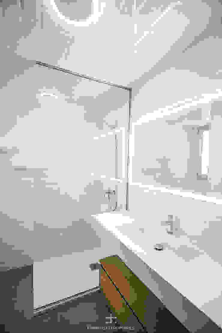 Aseo de la vivienda Baños de estilo moderno de Francisco Pomares Arquitecto / Architect Moderno Azulejos