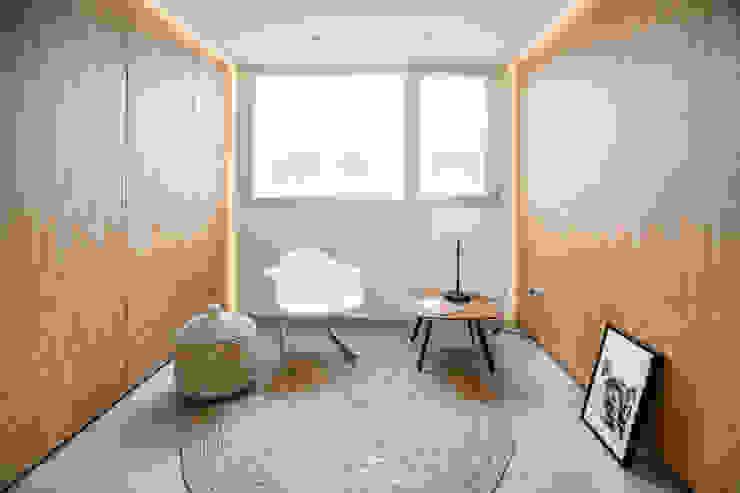 Espacio multifuncional de la vivienda - Vestidor/Dormitorio extra Pasillos, vestíbulos y escaleras de estilo moderno de Francisco Pomares Arquitecto / Architect Moderno Madera Acabado en madera