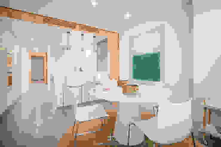 Comedor en maderas y blancos Comedores de estilo moderno de Francisco Pomares Arquitecto / Architect Moderno