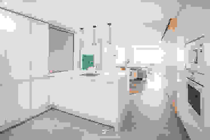 Cocina abierta con península de Francisco Pomares Arquitecto / Architect Moderno