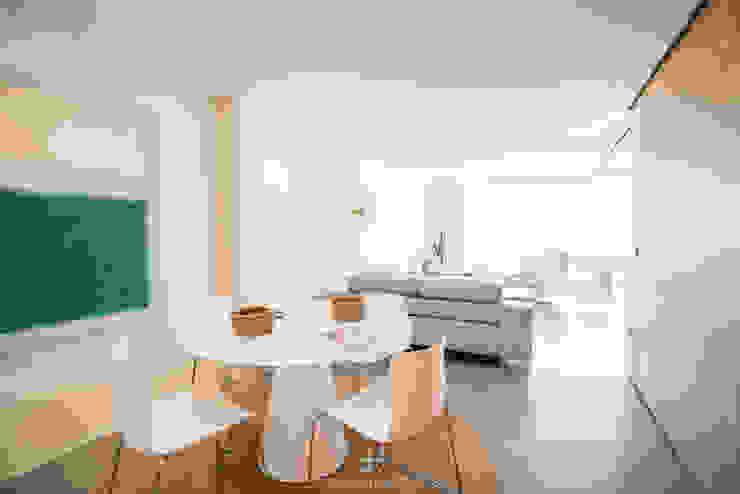 Comedor abierto al salón y a la cocina Comedores de estilo moderno de Francisco Pomares Arquitecto / Architect Moderno