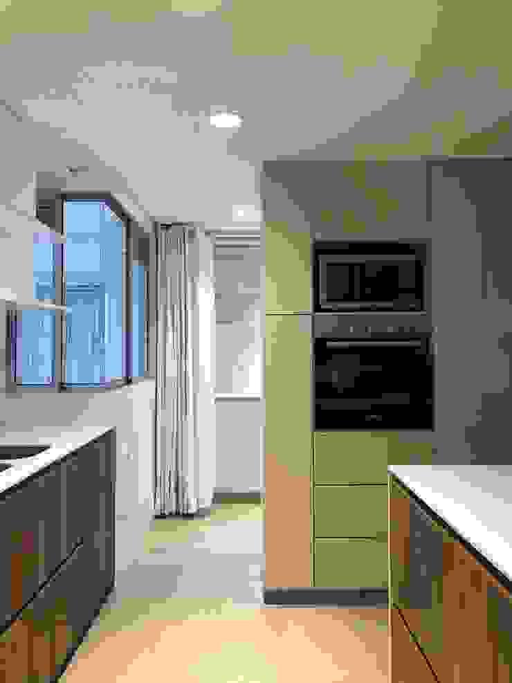 entrearquitectosestudio Built-in kitchens Wood Beige