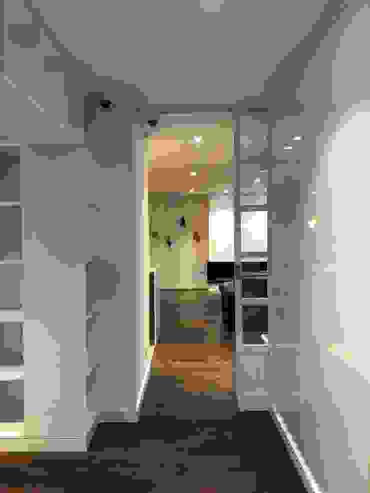 entrearquitectosestudio Modern corridor, hallway & stairs Chipboard White