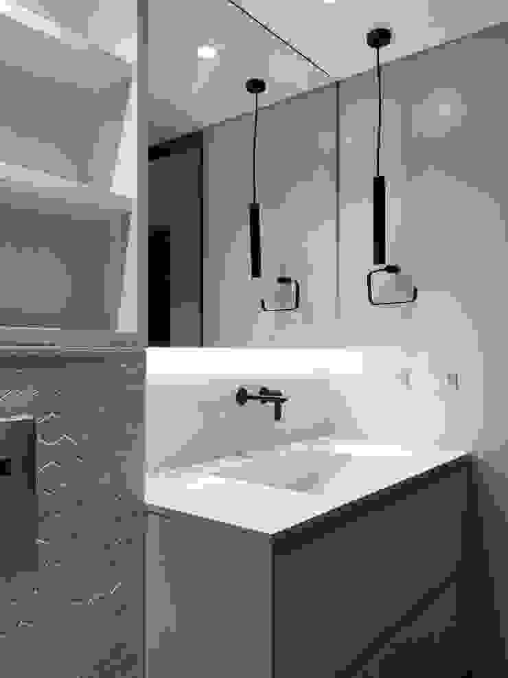 entrearquitectosestudio Modern style bathrooms Tiles White
