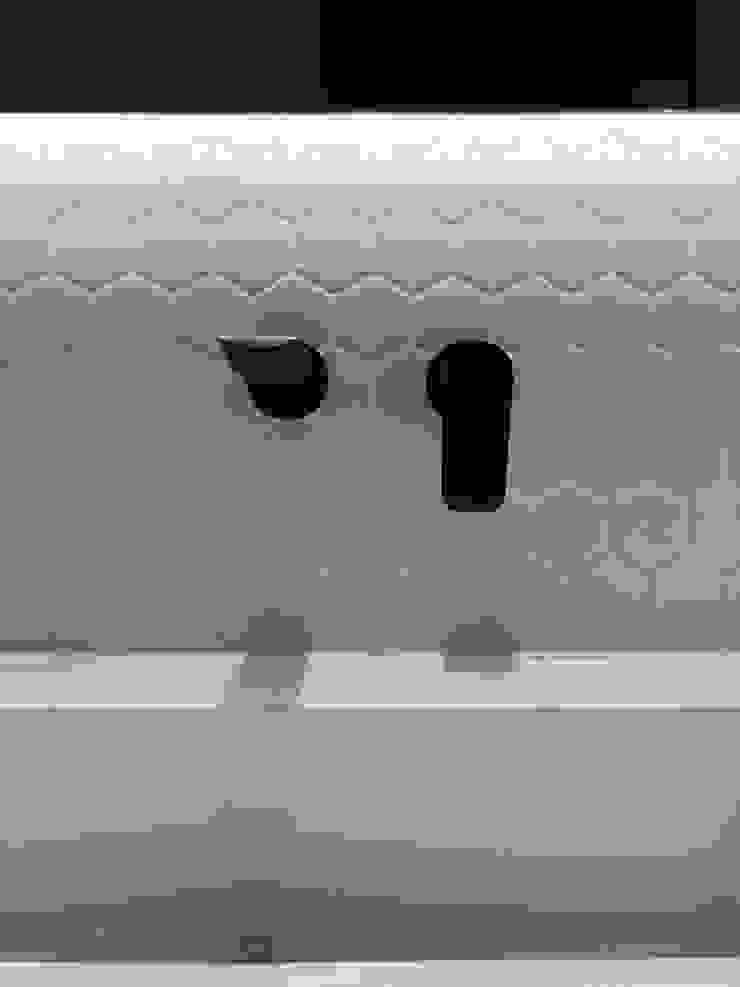 entrearquitectosestudio Modern style bathrooms Aluminium/Zinc Black