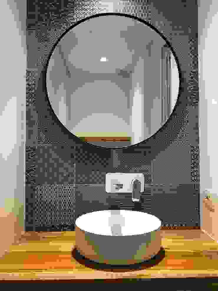 entrearquitectosestudio Modern style bathrooms Ceramic Wood effect