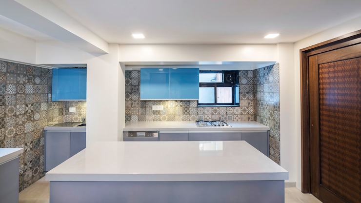 Small Kitchen with Island - Mumbai Project by Kuche7 Küche7 廚房收納櫃與書櫃 鐵/鋼 Blue