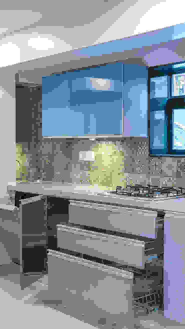 Small Kitchen with Island - Mumbai Project by Kuche7: minimalist  by Küche7 ,Minimalist Iron/Steel
