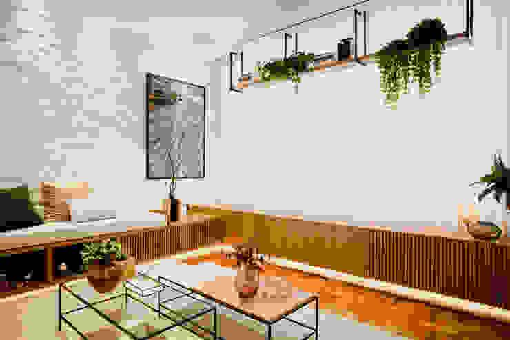 Sala de estar com inspiração brasileira com parede de tijolinho branco Salas de estar modernas por ZOMA Arquitetura Moderno