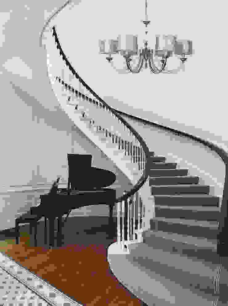 Minimalist interior with chandelier decorated by Versace shades Luxury Chandelier Minimalist corridor, hallway & stairs Copper/Bronze/Brass Metallic/Silver