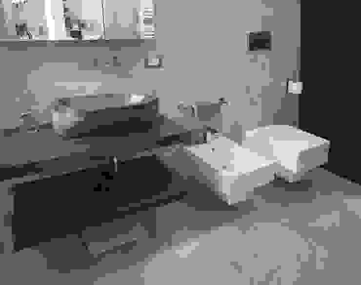 bagno in microcemento grigio Bagno moderno di studio di progettazione architetto caterina martini Moderno