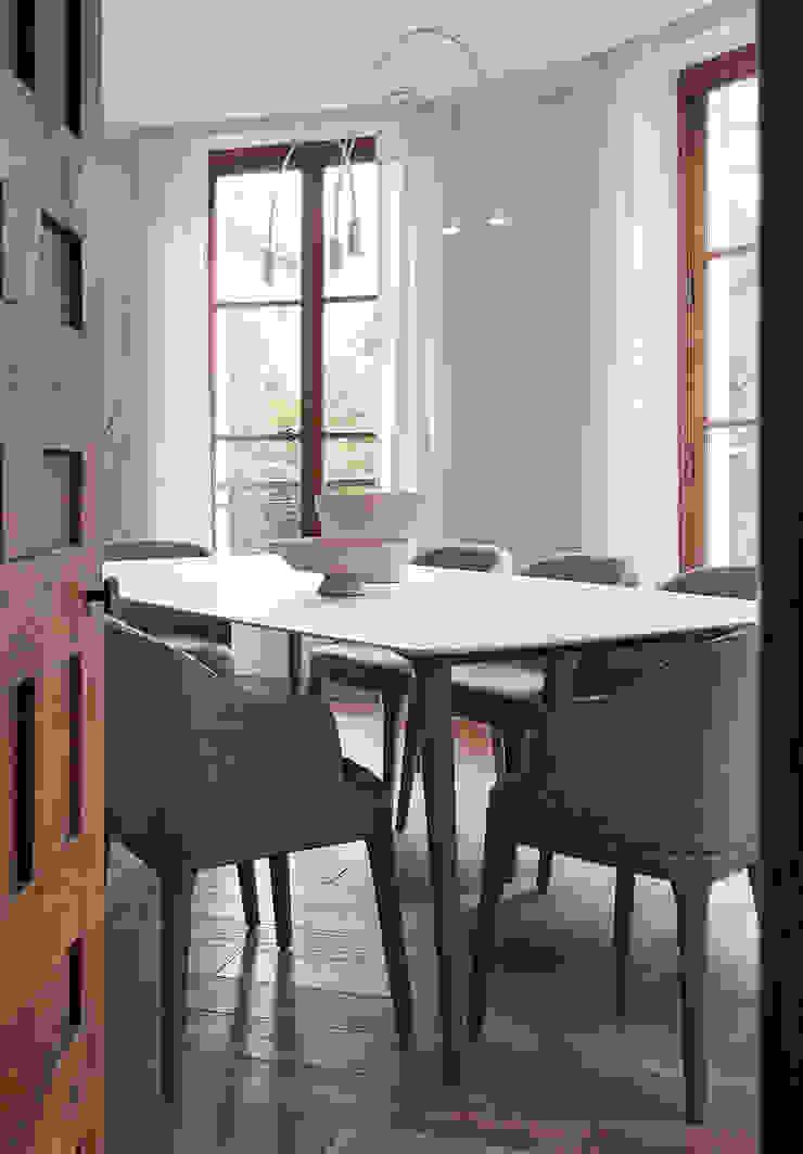 Lichelle Silvestry Interiors Comedores de estilo moderno Gris