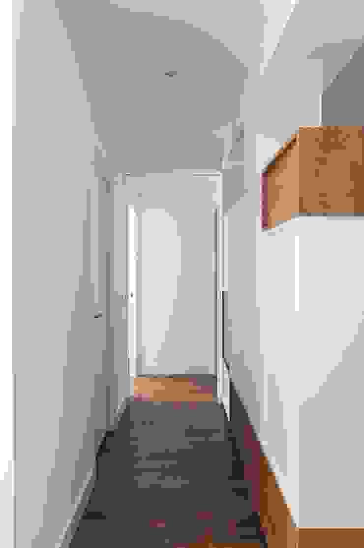 estudio551 Modern corridor, hallway & stairs