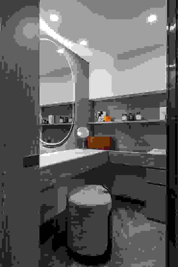 化妝桌 現代浴室設計點子、靈感&圖片 根據 你你空間設計 現代風 塑木複合材料
