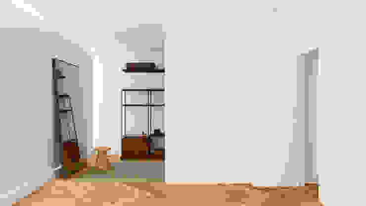 DE PEQUEÑO ALMACÉN A VESTIDOR Vestidores de estilo minimalista de arQmonia estudio, Arquitectos de interior, Asturias Minimalista