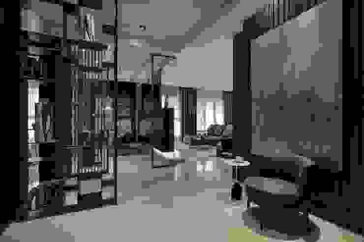 堅山-仰翠 現代風玄關、走廊與階梯 根據 雅群空間設計 現代風