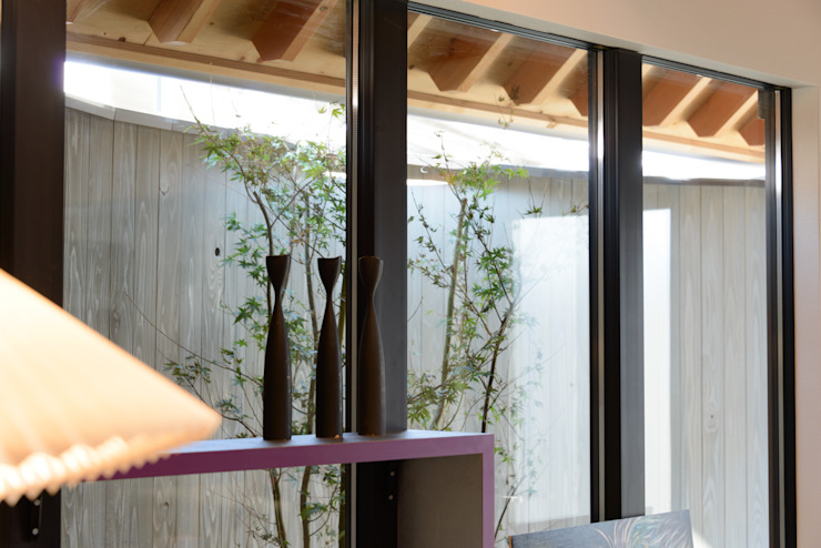 Puertas y ventanas de estilo moderno de 風景のある家.LLC Moderno Madera Acabado en madera