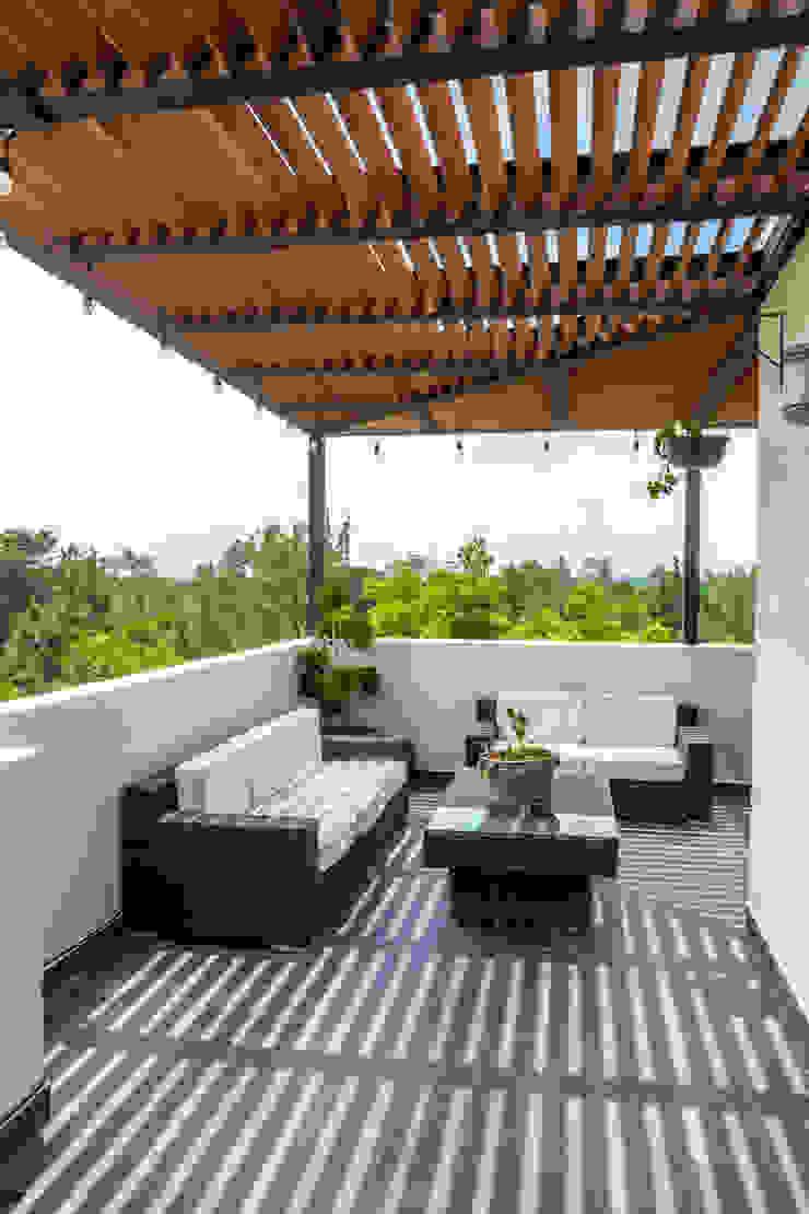 Terraza 2 emARTquitectura Arte y Diseño Balcones y terrazas clásicos Cerámico Beige